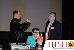 Представитель компании Минова Дмитрий Ланг отвечает на вопросы учаснику конференции