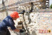 Ремонт трещин в кирпичной кладке стены