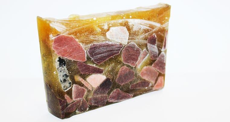 Так выглядит каменный грунт (образец) после инъектирования полиуретановой смолой КарбоПур WF (CarboPur WF) (вид структурного склеивания трещины)